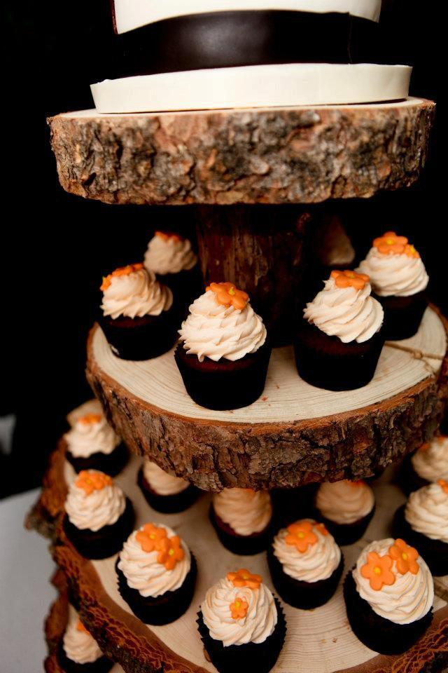 Mariage - Rustic Wood Tree Slice 4-tier Cupcake Stand for your Wedding, Event, or Party (As seen on HGTV.com and The Tomkat Studio)