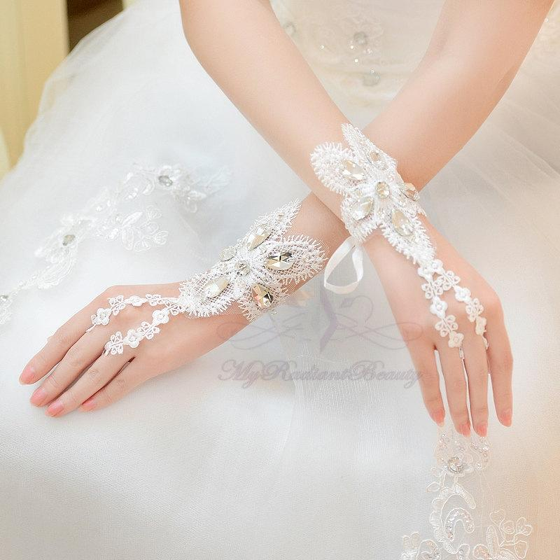 Mariage - Bridal Gloves, Short Gloves, French Lace Gloves, Fashion Bridal Lace Short Gloves, Wedding Gloves, Wedding Accessory BG0024