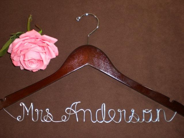 Mariage - Hanger One Line for your wedding pictures, Personalized custom bridal hanger, brides hanger, Bridal Hanger, Wedding hanger, Bridal