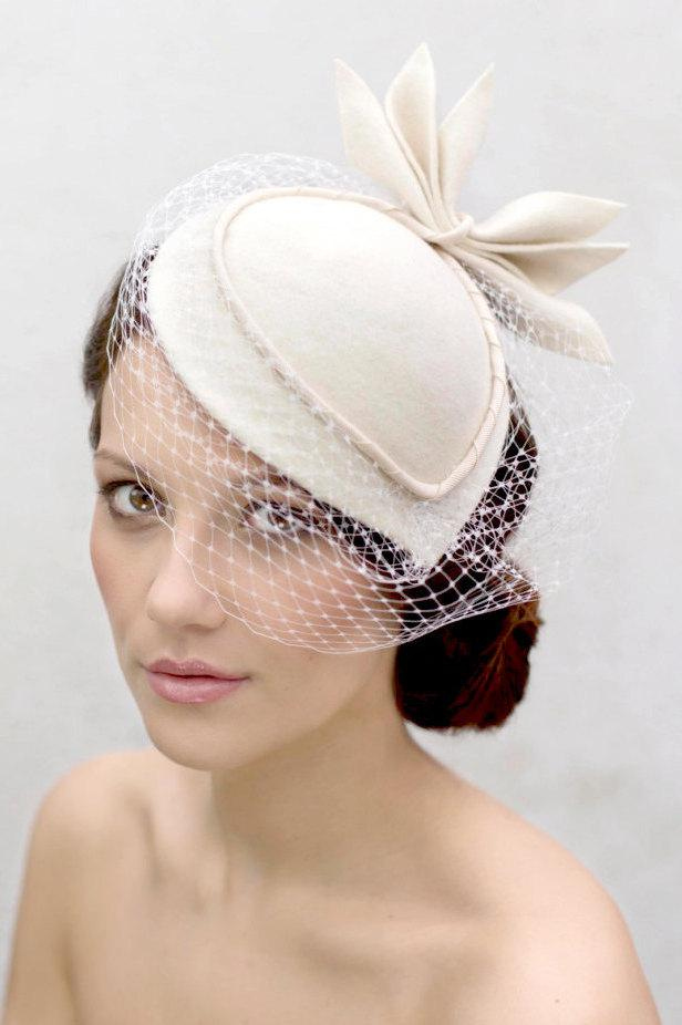 Mariage - Birdcage Veil Cocktail Hat, Felt Hat, Vintage Style Wedding Perch Hat with Designer Leaf Detail - Sara