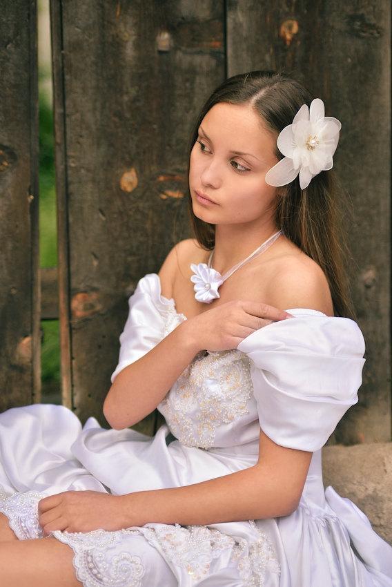 Свадьба - White Bridal Fascinator, Wedding Hair Clip, Netting Hair Flower, Bridal Head Piece, Flower Hair Clip, Bridal Hair Clip, White Bridal Flower