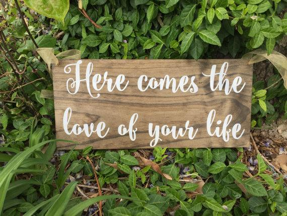 Свадьба - Here comes the love of your life sign, rustic sign, Ring bearer sign, Flower girl sign, rustic wedding, custom wedding sign, wedding sign