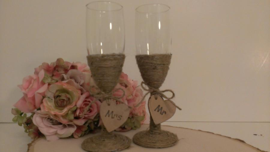Mariage - rustic wedding glasses, Mr and Mrs toasting flutes, burlap wedding bride and groom glasses