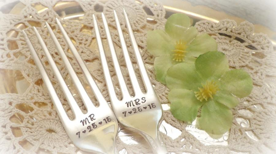 Mariage - Mr. & Mrs. Forks with Wedding Date. Wedding Cake Fork Set. Custom Hand Stamped Vintage Silverware by PrettyAgnes.