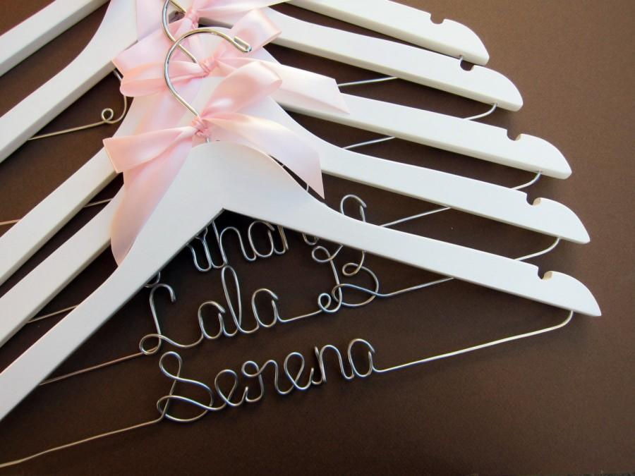 Свадьба - SALE Set of 7 Pesonalized Wedding Hangers, Wedding Hanger Set. Perfect for Bridal Party! Ribbon Color of your choice!