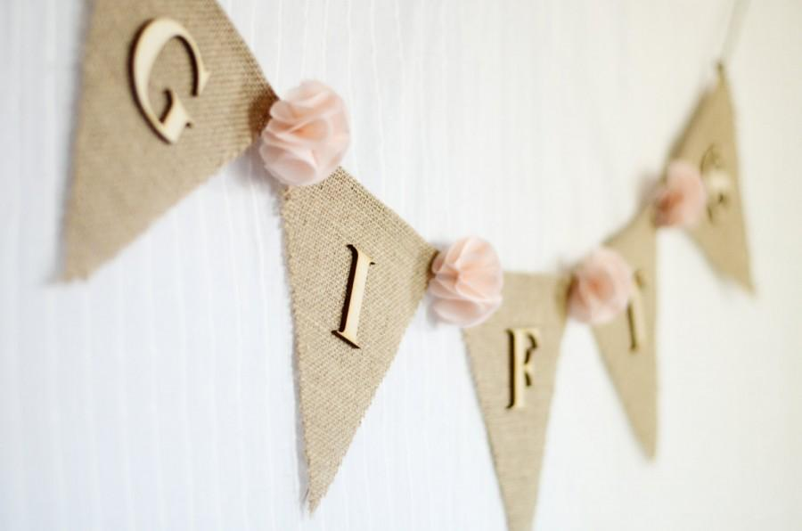 Свадьба - burlap wedding gifts banner / blush pale pink / shabby chic rustic wedding decoration / bridal baby shower / fabric flowers gift table sign