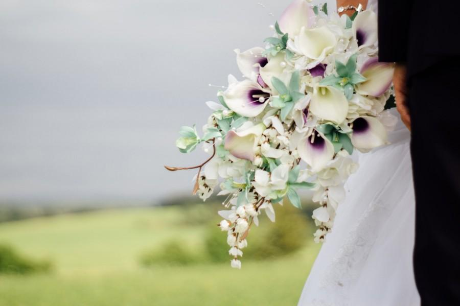 زفاف - Calla lily orchid cascading bouquet, mint, lavender, purple bridal bouquet, bouquet with pearls