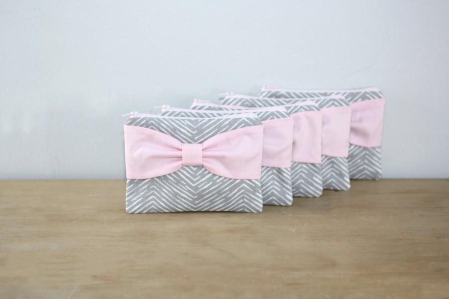 Hochzeit - Bridesmaid Gift Bag Set / Bachelorette Favors - New Gray Chevron Light Pink Bow - Customizable Wedding Cases - Choose Quantity and Bow Style