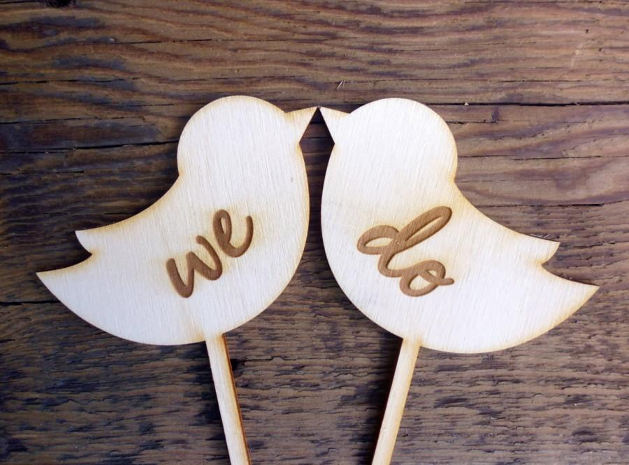 "Свадьба - Wedding Cake Topper Sign Love Birds Engraved Wood Signs ""We Do"" Photo Props Mr and Mrs"
