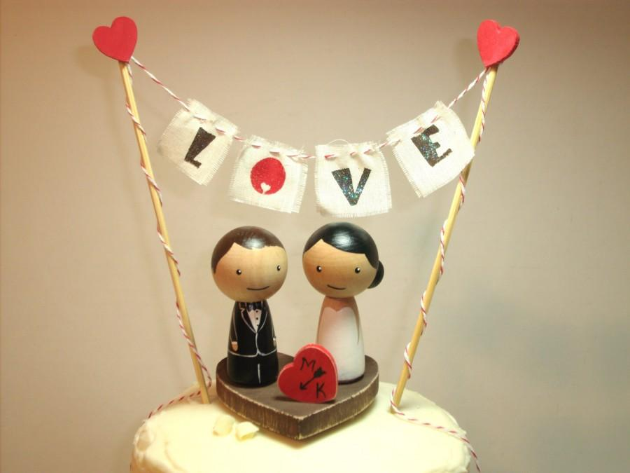 Hochzeit - Personalized Kokeshi Wedding Cake Topper with Base, Bunting and Heart, Love Bunting, Mr and Mrs Bunting Rustic Cake Topper