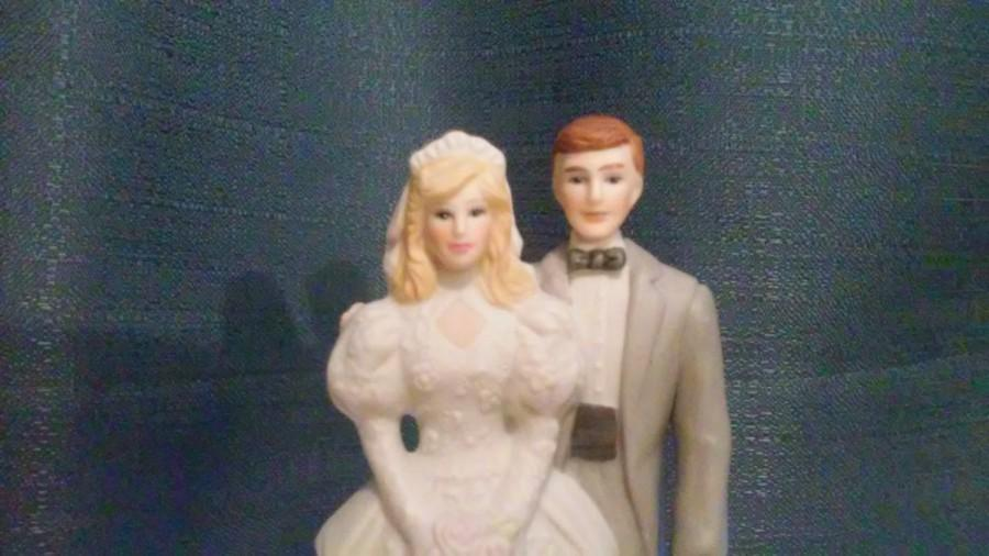Mariage - Vintage Wedding Accessories or Cake Topper / Bride and Groom Figurine / Wedding Accessories / Wedding Day / EHW Enterprises Inc 1988