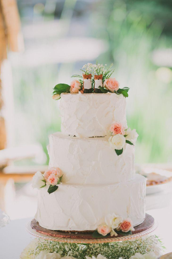 Свадьба - Rustic White Wedding Cake Topped With Foxes