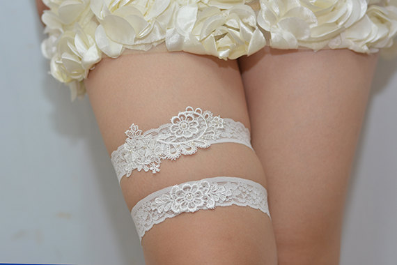 Mariage - wedding garter, bride garter set, lace garter, retro flowers rhinestone garter