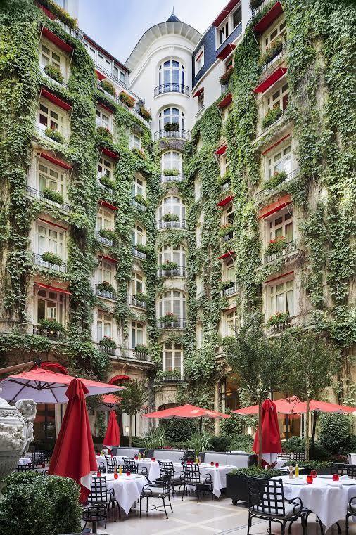 زفاف - The Courtyard Of The Plaza Athénée, Paris