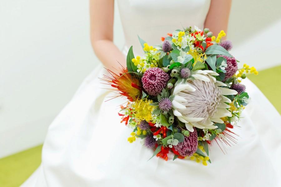 Mariage - Mareeba- Australian native wedding bouquet. King protea, banksia, kangaroo paw, pin cushions, Geraldton wax, wattle, gumnuts, Aust. foliage.