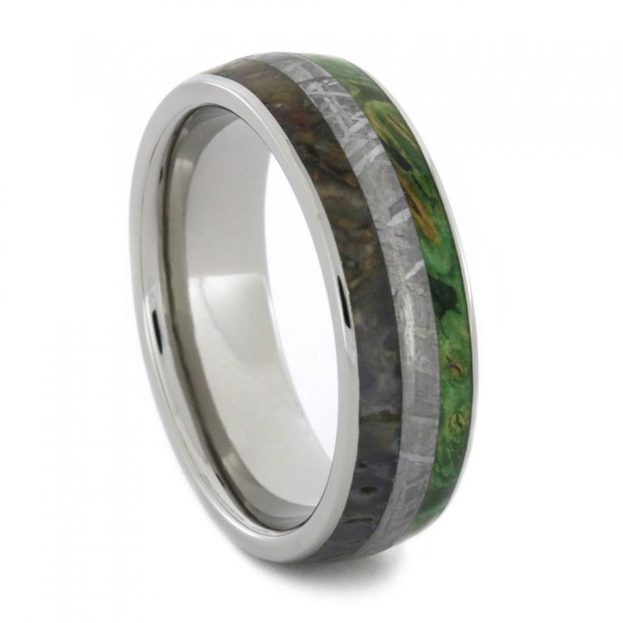 زفاف - Titanium Ring with Dinosaur Bone Gibeon Meteorite, and Green Box Elder Burl Inlay Wedding Band