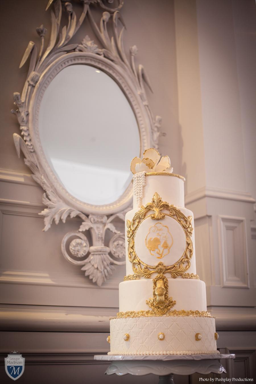 Mariage - gold and white wedding cake