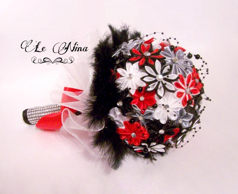 Mariage - Satin wedding bouquet tulle ribbon rhinestone brooches metal black red white kanzashi pearls strings brooches grey feathers flowers