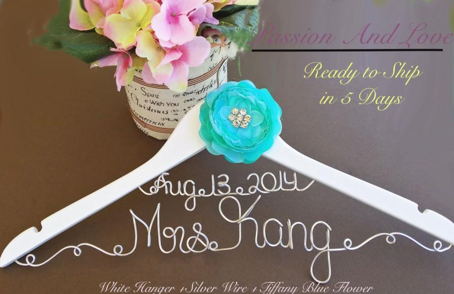 Mariage - SURPRISE SALE. Personalized Bridal Wedding Hanger. Bridal Hanger. Bridal Party. Custome Hanger. Comes With Bow.
