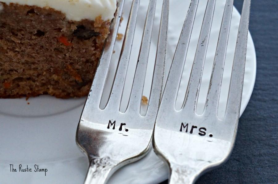 Свадьба - Hand Stamped Wedding Forks, Mr. & Mrs. Silverplate Fork Set - hand stamped unique engagement, shower or wedding gift
