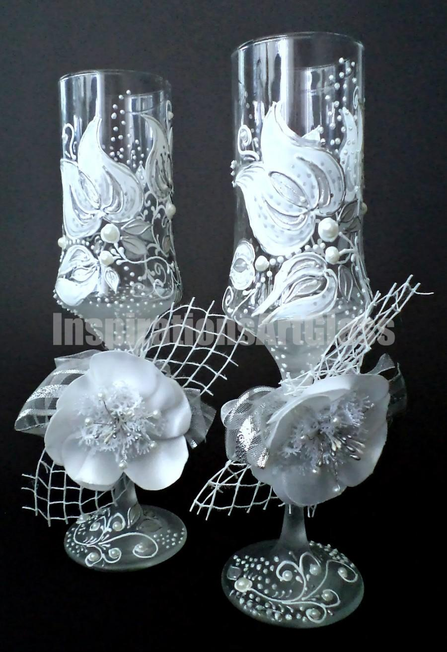 Свадьба - Wedding Glasses. Champagne Toasting Glasses. Champagne Flutes. HAND PAINTED. White tulip. Hand made white satin flowers. Set of 2