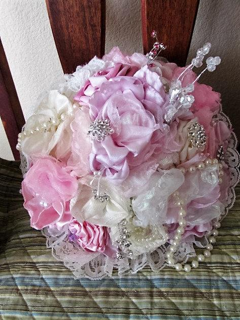 Mariage - Handmade fabric flower and brooch bouquet with satin, lace, chiffon, jewelry, pearls, rhinestones and brooches.