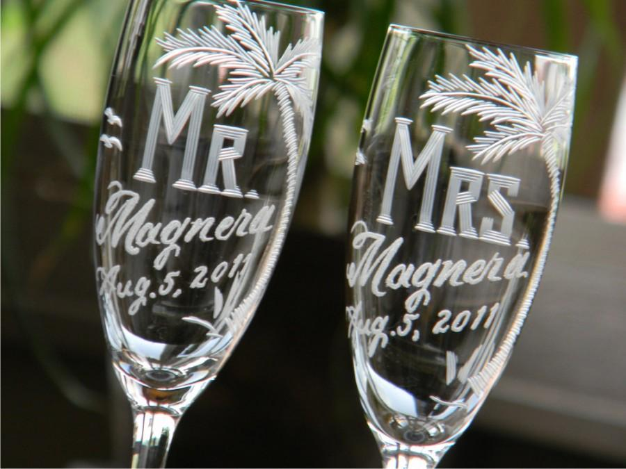 زفاف - Personalized Mr and Mrs Champagne Toasting Flutes for bride and groom's beach theme destination wedding, Set of 2