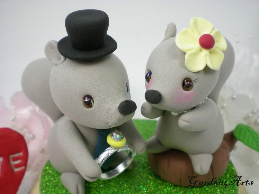 Mariage - Custom Wedding Cake Topper-Lovely Tails Squirrel couple with a Beautiful Wedding Ring-for Woodland Theme Wedding