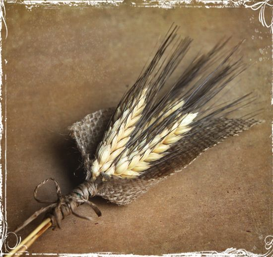 Свадьба - Wheat And Burlap Boutonniere - Perfect For Rustic Or Country Weddings - Groom Groomsmen - Spring Summer Fall Winter Autumn - Barn. $12.00, Via Etsy.
