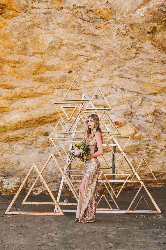 Hochzeit - Metallic Wooden Triangle Backdrop
