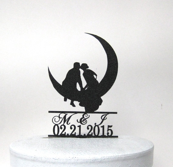 Mariage - Personalized Wedding Cake Topper - Kissing on the Moon with your initials and wedding date
