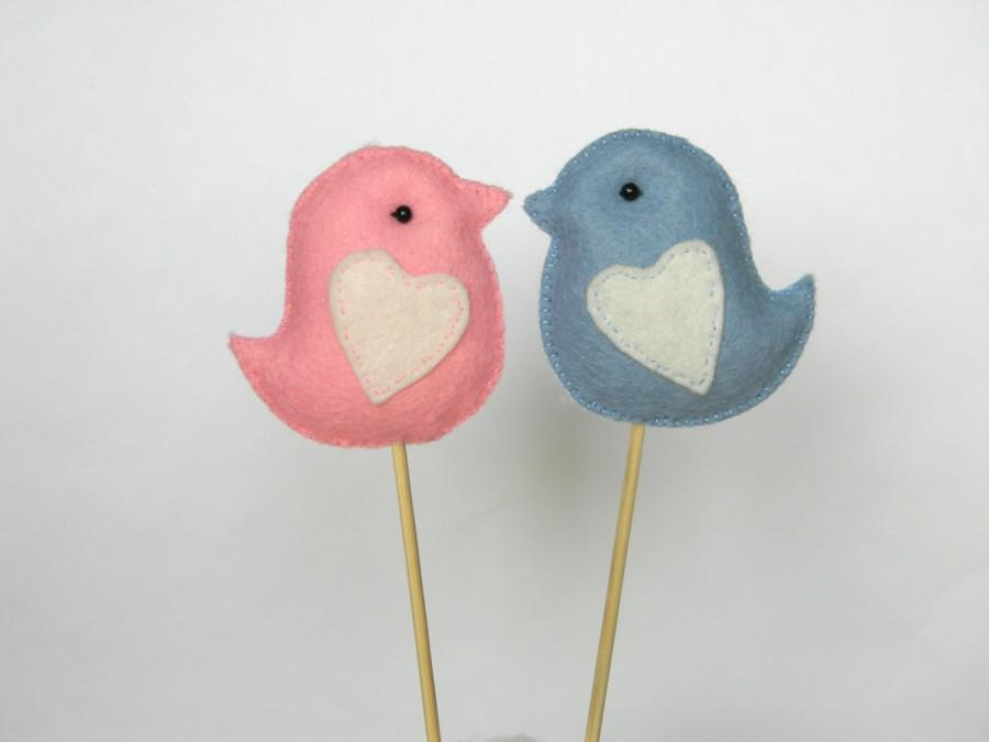 Mariage - felt LOVE BIRDS PAIR Wedding Cake Topper ,Custom Colors, Party Decor, Wedding Photo Prop, Wedding Gift Favor for Bride Groom, Pink  blue