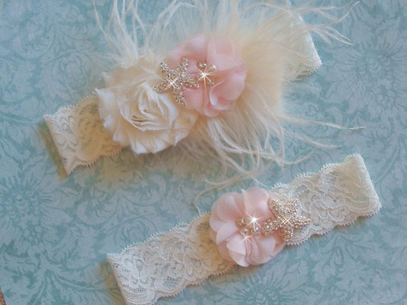Свадьба - Beach Garter Set, Curly Ostrich Feather and Starfish Bridal Garter Set, Vintage Garter Set, Ivory or White Lace Garter, Destination Wedding