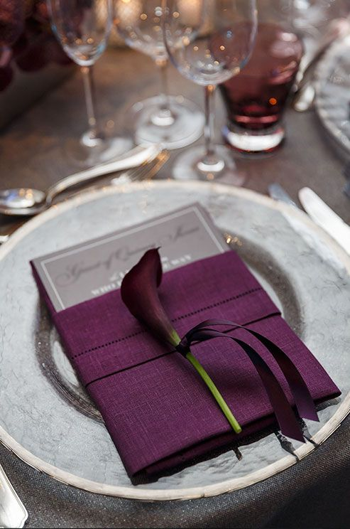 Mariage - Single Calla Lily Punctuate Similat Purple Place Settings For An Elegant Feel.