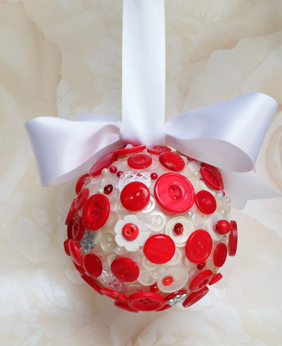Mariage - Red and white button kissing ball, flowergirl pomander, flowergirl kissing ball, wedding accessory, aisle / pew decorations, door hanger