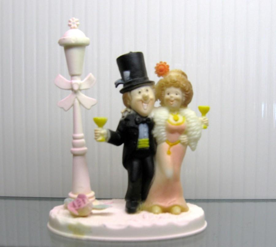 Свадьба - Vintage 70s HAPPY COUPLE toasting Wedding or Anniversary Cake TOPPER Plastic Figurine top hat and tails evening gown and boa lamp post
