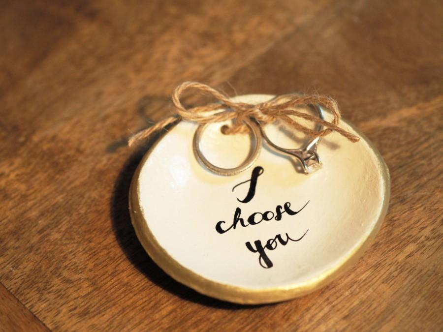 Свадьба - Personalized wedding ring holder - I choose you ring dish - Ceramic ring bearer pillow alternative - Personalized ring dish - Clay ring tray