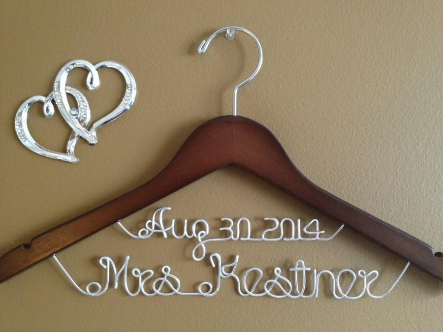 Mariage - Bridal Hanger with Date for your wedding pictures, Personalized custom bridal hanger, brides hanger, Bridal Hanger, Wedding hanger, Bridal