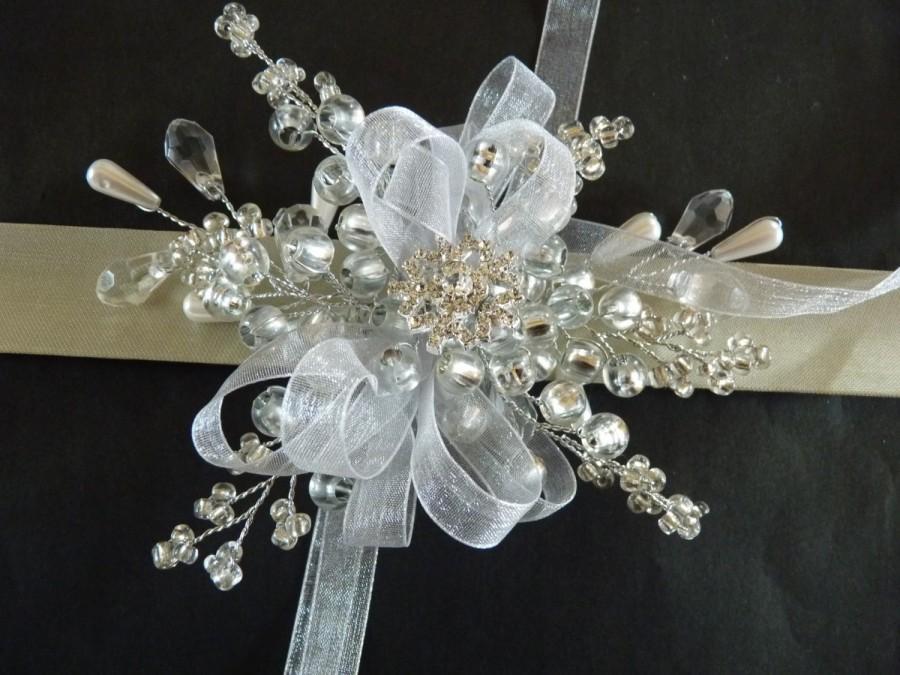 Mariage - Snowflake wrist corsage, winter wrist corsage, bridesmaids wrist corsage, wristlet, Christmas weddin, winter wedding