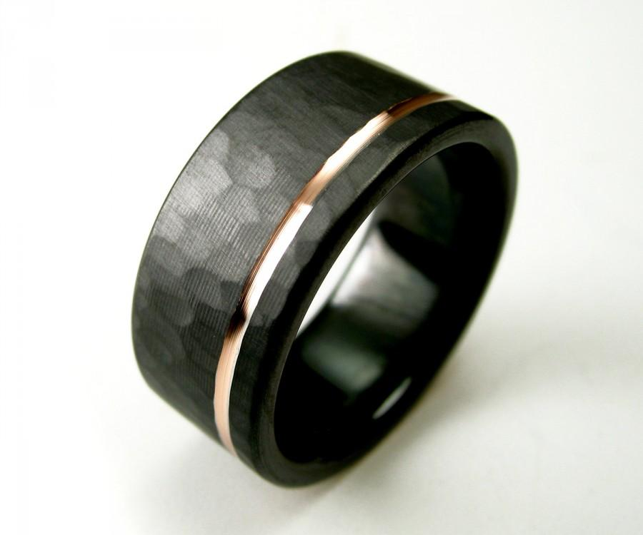 Mariage - Hammered Men's Wedding Band Comfort Fit Interior Black Zirconium Rose Gold Ring