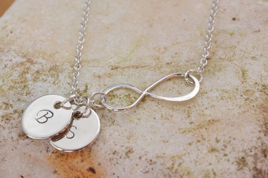 Mariage - Personalized Infinity necklace, Silver Infinity necklace with initial discs, Gift Initial Infinity Necklace, Mothers Grandma Family necklace