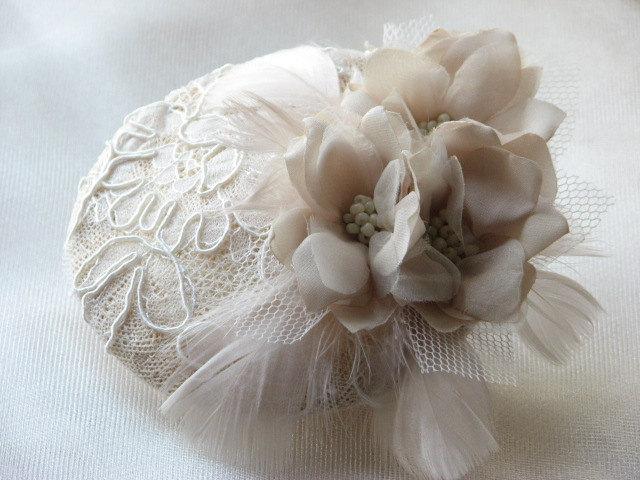 Mariage - Wedding fascinator Ivory fasciantor Bridal fascinator Cream fascinator Champagne fasciantor Ivory flower Lace fasciantor Feathers fasciantor