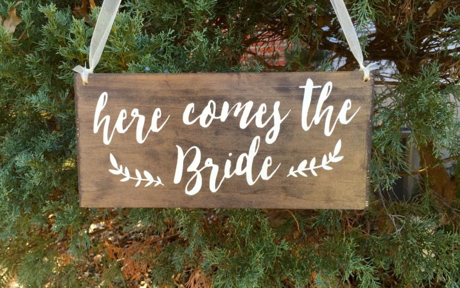 Mariage - Here comes the Bride sign - Flower girl sign - ring bearer sign - Here comes your bride sign - Rustic wedding sign -  Wood wedding sign - 01