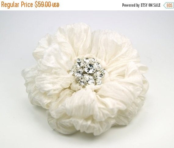 زفاف - SHOP CLOSING SALE Ivory Bridal Flower Hair Clip with Ruffled Silk Petals and Crystal Rhinestone Centre