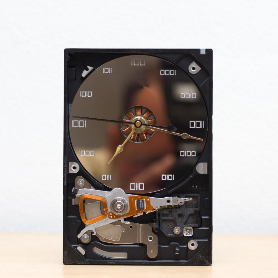 Hochzeit - Desk clock - recycled Computer hard drive clock, HDD clock, gift for dad, unique gift for him, graduation gift - c9544