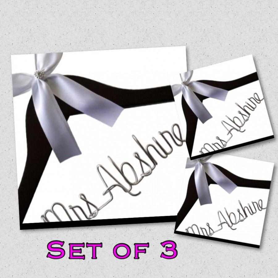 Hochzeit - Set of 3. Personalized Bridal Wedding Hanger. Bridal Hanger. Wedding Hanger. Bridal Party. Custome Hanger. Comes With Bow and Rhinestone.