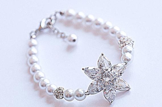 Boda - Bridal Swarovski Pearl crystal rhinestones statement Wedding Bracelet, Pearl and Rhinestone Bracelet.