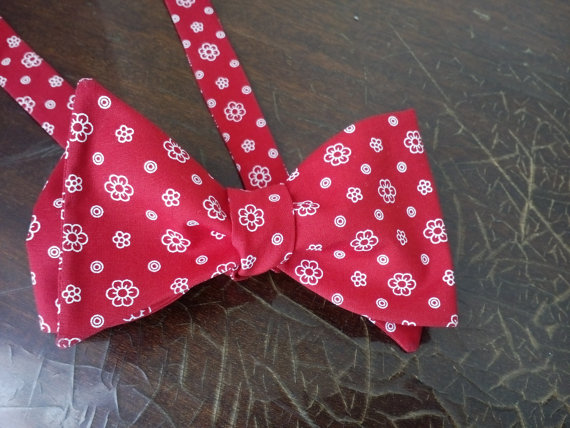Mariage - Red Floral Bow Tie Men's Bowtie Wedding ties Ideal With Red Wedding dress Ideal mit roten Brautkleid Idéal avec une robe de mariée rouge