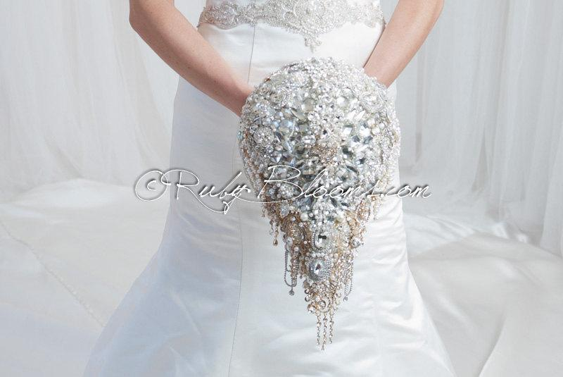 "Свадьба - Cascading Crystal Wedding Brooch Bouquet. ""Wedding Mirror"" Luxury Wedding Art Deco Cascade Bouquet. Bridal Broach Bouquet, by Ruby Blooms"