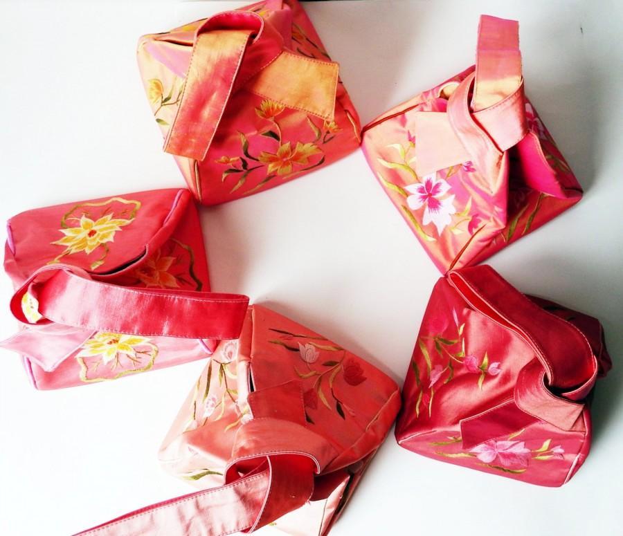 Свадьба - Bundle of Vintage Silk Bridesmaid Bags - Purses - Pink Tints - Hand Embroidered